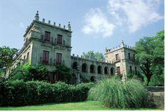 Paço da Glória (Arcos de Valdevez)    Este solar foi construído no século XVIII. Está rodeado de frondosas árvores,vegatação cuidada e belos jardins.  Relativamente á sua construção, o edificio possui duas torres, uma capela e uma escadaria que nos conduz á entrada principal.