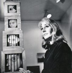 Bridget Tichenor, ante las cajas de Encarcelados (1965). Foto de Kati Horna