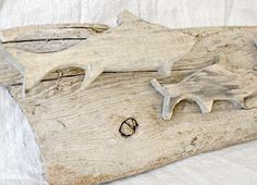 bleached driftwood fish***Research for possible future project. Driftwood Fish, Driftwood Crafts, Beach Wood, Beach Art, Metal Fish, Wooden Fish, Organic Art, Ceramic Fish, Beach Signs