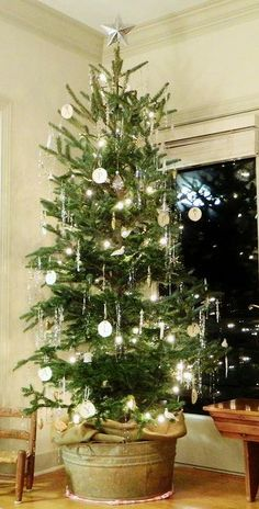 Learn how to trim your farm raised fir tree into a nordic-style christmas tree | homeologymodernvintage.com
