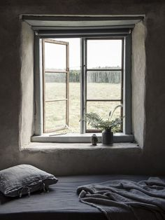 Rural countryhouse in Gotland by interior designer Anna Marselius Small Windows, Windows And Doors, Wabi Sabi, Hygge, Casa Hotel, Swedish Cottage, Deco Champetre, Cottage Interiors, Scandinavian Home