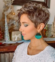 Pixie hairstyles inspire the short hairstyles 2020 for your next hairdresser visit. Because Pixie hairstyles make you want to have short hair! Curly Pixie Hairstyles, Short Curly Pixie, Short Curly Haircuts, Curly Hair Cuts, Short Hair Cuts, Curly Hair Styles, Pixie Cut Damen, Haircut For Older Women, Great Hair