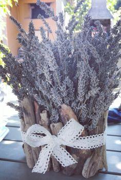 Vaso fatto a mano con legnetti di mare per composizioni con la lavanda.