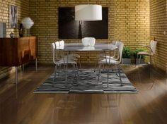 Parchetul din lemn de stejar Tabac este o pardoseala tip dusumea, de culoare castaniu intens.
