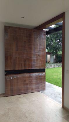 En Guadalajara, una puerta de parota hecha por nosotros.