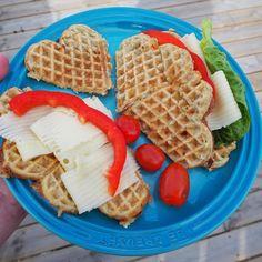 I dag er det magevennlige brødvafler til lunsj etter oppskrift fra @julianne_godtformagen  Kjempegode Waffles, Paleo, Breakfast, Instagram Posts, Food, Morning Coffee, Essen, Waffle, Beach Wrap