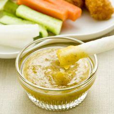 シロップで漬けた梅が活用できる、とろみのある梅ソース。梅の甘味に塩と酢を加えてさっぱり感を出し、オリーブオイルですっきりしたコクをつけました。 生野菜や温野菜につけたり、揚げ物、魚料理などにかけたりするのもおすすめです。