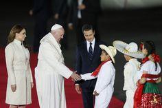 México recibe al Papa con espectáculo de música y baile....