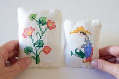 Coppia di piccoli cuscini decorativi - dipinti su lino - decorazioni vintage by LeBlusine #italiasmartteam #etsy