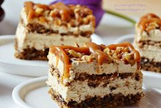 Diós karamellszelet – könnyed krémmel, sokkal finomabb mint a Snickers és óriási adag! Romanian Desserts, Romanian Food, Sweets Recipes, Cake Recipes, Good Food, Yummy Food, Recipe Mix, Sweets Cake, Food Cakes