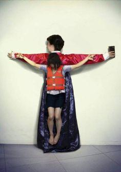 논란이 되고 있는 사진.박근혜 대통령, 세월호, 대한민국버전, 쿠바 출신 아티스트 에릭 라벨로(Erik Ravelo)의 최근 작품을 한국인이 패러디, 어른의 욕심으로 아이들이 희생되고 있다,