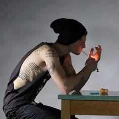 Chico con el costado tatuado
