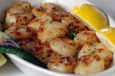 """""""My husband thinks these scallops are better than any we have found in any restaurant."""" Ingredients 1 1/2 pounds bay scallops 1 tablespoon garlic salt 2 tablespoons butter, melted 2 tablespoons lemon juice Directions Turn broiler on."""