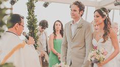 Casamento incrível, dos sonhos! Gostei do penteado da noiva, solto mas meio preso, alto em cima e com coroa de flores. Os vestidos das daminhas são maravilhosos. A decoração está linda. Amei!