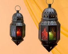 Consigue un toque oriental con estos faroles de hierro con cristales de colores.
