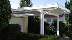 GD Beispiel Nr. 4   Weißes Einzelcarport Flachdach vor einer Garage. Mittig vor dem Garagentor wurde ein Glas-Dachaufsatz montiert.