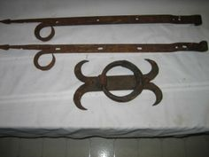 152: EARLY HAND WROUGHT ARROWHEAD STRAP HINGES AND KNOC : Lot 152