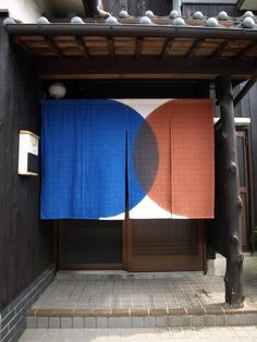 How to use rugs in creative ways - as shown with these Japanese textiles. Japanese Shop, Japanese House, Japan Design, Café Bistro, Design Japonais, Shop Facade, Noren Curtains, Interior And Exterior, Interior Design