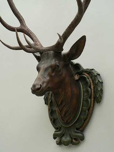 Jagd - Hunting/Shooting antique black forest carved wood deer head Selecting Your Carpet We've all d Wood Deer Head, Adornos Halloween, Rena, Deer Decor, Forest Art, Animal Heads, Wood Sculpture, Antlers, Wood Carving