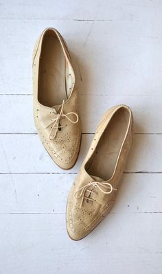Vintage 1970s Bandolino bone leather oxfords with leather detailing and wood…