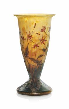 A DAUM CAMEO AND ENAMELLED GLASS VASE -  Gepind door: www.sieradenschilderijenatelierjose.com CIRCA 1910.