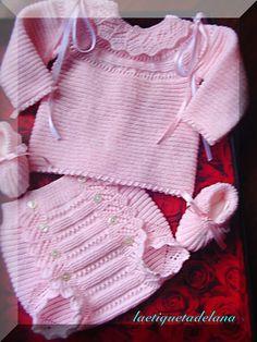 Laetiquetadelana : Conjuntos en lana Knitting For Kids, Baby Knitting Patterns, Baby Patterns, Knitted Baby Clothes, Baby Kids Clothes, Knit World, Baby Barn, Rompers For Kids, Baby Layette