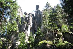 Rotsstad Adrspach is een labyrinth in de rotsen. Het gebied zit vol bijzondere rotsformaties, grotten, spleten en plateaus. Jarenlang wist men niet eens van het bestaan van deze rotsstad af. Nu staat dit nationaal park bekend als één van de mooiste plekjes van Tsjechië.   www.reishonger.nl/reisverslagen/labyrinth-in-de-rotsen/