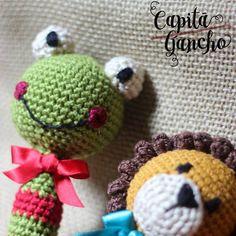 Sapo Pipo e leão Bastião desejam otima sexta feira pra todos!  Em breve modelos novos de chocalhos.  Peças com design original da @capitaganchocroche. ----- Encomendas:  capitaganchocroche@hotmail.com ✈ Enviamos para todo o Brasil ----- #croche  #crochetaddict  #crochet #crochetofinstagram #yarnaddict  #heklanje #ganchillo #amigurumi  #crochettoy #babygirl #babyboy #babyroomdecoration #criança #igracka  #babyrattle #kids  #instakids  #babyroom  #quartinhodebebe