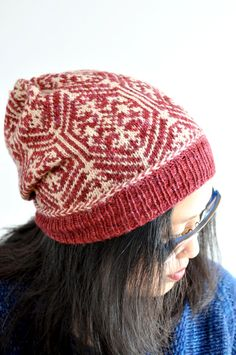 Lamplight Hat featuring Latvian Braid and stranded colourwork, by Laura  Chau. Tricot, Motif 180fcd3be74