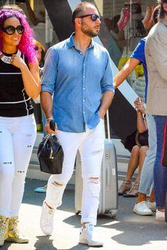 加工のグラデーションがほどよいデニムシャツに白のバイカージーンズをコーディネート