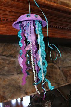 Deslumbra a tu pequeña con con estas ideas para una fiesta temática de sirenas. Un gran tema, con un sinfín de detalles. Invitación Gorritos de cartón La decoración, sin duda, es una parte esencial…