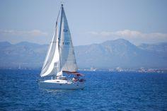 Velero navegando frente a la costa de Salou