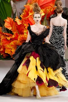 From John Galliano's Christian Dior Haute Couture Fall 2010 collection. The dress looks like so much fun to wear. Christian Dior Couture, Dior Haute Couture, Style Couture, Couture Week, Runway Fashion, High Fashion, Fashion Beauty, Fashion Show, Fashion Design