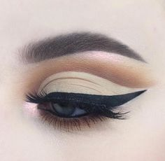 When putting together your makeup collection, it's easy to lose yourself in a world of sparkling lip glosses and shimmering eyeshadows – and completely forget the essentials of any home makeup kit. Eye Makeup Tips, Smokey Eye Makeup, Makeup Goals, Makeup Kit, Makeup Inspo, Makeup Inspiration, Beauty Makeup, Makeup Desk, Makeup Stuff
