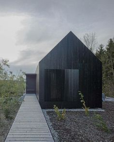 format elf nestles dark barn-shaped houses into bavarian forest Modern House Exterior barnshaped Bavarian dark elf Forest format houses nestles Bavarian Forest, Timber Cladding, Wood Architecture, Modern Barn, Black House, House In The Woods, Cabana, Villa, Cottage