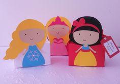 """As caixinhas são uma ótima opção como lembrancinhas, para decorar a mesa do bolo ou de guloseimas.  Podem ser recheadas com balas, pirulitos, língua de sogra, presilhas e pulseiras!  Tenho nas princesas: Ana e Elsa do Frozen, Branca de Neve, Cinderela, Ariel, Rapunzel, Aurora.  Veja também a caixinha """"Sapo Encantado"""" para os meninos.    As caixinhas são enviadas vazias! R$ 5,00"""