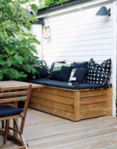 Til øst og vest terrasse som bænk og hyndeopbevaring, samt til opbevaring af havespil.