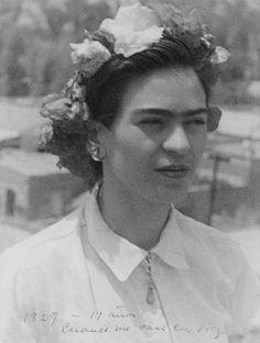 6 Temmuz 1907 günü doğmuş olmasına rağmen, kendisi doğum tarihini, Meksika devrimi'nin gerçekleştiği 7 Temmuz 1910 günü olarak ilan etmiş