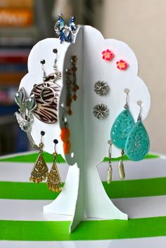 An earring storage tree is a very handy item to have in front of your mirror. It gives you a nice overview on all of your earrings and you'll never lose any of them again! It is really easy and cheap to make, so definitely worth checking this one out.