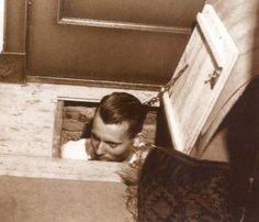 dit waren onderduikers die onder het tapijt en vloer zaten