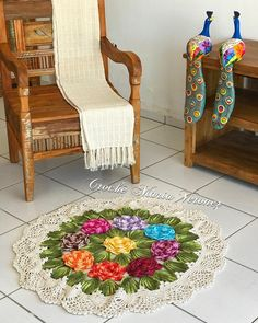 Tapete de crochê para sala: 40 fotos, inspirações e passo a passo Irish Crochet Patterns, Textured Carpet, Home Comforts, Kids Rugs, Rustic, Diy, Poncho, Home Decor, Primitive