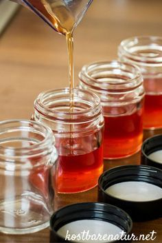 Heilende und aufmunternde Johanniskraut-Salbe lässt sich leicht selbst herstellen. Ein Grundrezept mit nur zwei Zutaten und nach Belieben erweiterbar.