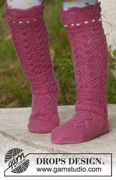 Knitted DROPS socks with lace pattern in Fabel. Free pattern by DROPS Design. Baby Knitting Patterns, Knitting For Kids, Crochet Patterns, Knitted Boot Cuffs, Knitted Slippers, Knitting Socks, Free Knitting, Drops Design, Magazine Drops