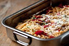 weltbeste Spaghetti mit Tomaten und Knoblauch geschmort; Tomaten erst im Ofen gegrillt und dann Haut entfernt (siehe Greenbox S.24)