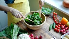 No matter the time of year, sometimes we just crave crunchy greens, tender chard, or peppery arugula — common components of a well-composed salad. Cancer Prevention Diet, Halitosis, Eat Fruit, Heart Healthy Recipes, Healthy Choices, Halibut, Weight Loss Diet Plan, Losing Weight, Nutrition Guide