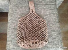 目の大きいネット編みで編んだワンハンドルバッグ、完成しました^^平置きの状態だとこんな感じ…底は普通に細編みですが、側面の下の方は松編み風の模様編みにしてみました。底は直径18cmぐらいですが、サイズ感は上の写真でご確認