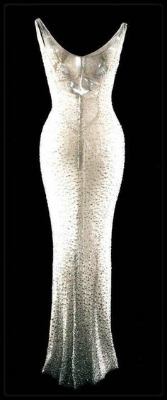 19 Mai 1962   Marilyn est conviée au gala d anniversaire de John F KENNEDY    Elle est vêtue d une somptueuse robe de soie (créée par le couturier  Français ... 6fe9bfc5fec