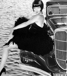 Jazz age film star and 'flapper' girl Louise Brooks with a 1935 French-made Unic RHD Sport Berline. Louise Brooks, Belle Epoque, Vintage Hollywood, Hollywood Glamour, Classic Hollywood, Vintage Glamour, Vintage Beauty, Vintage Fashion, Silent Film Stars