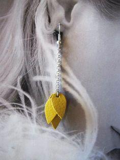 Boucles d'oreille feuilles en cuir jaune par MandiLo sur Etsy, €16.00