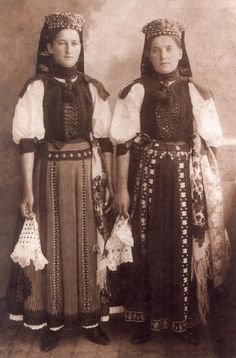Hungarian girls from Kalotaszeg (the region between Cluj-Napoca and Huedin from nowadays Romania). Hungarian Girls, Hungarian Embroidery, Folk Dance, Folk Costume, My Heritage, People Of The World, Traditional Outfits, Hungary, Ethnic